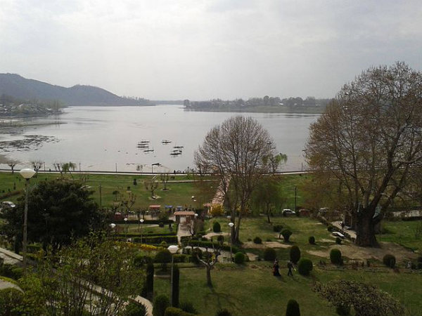 Enchanting Manasbal Lake in Kashmir