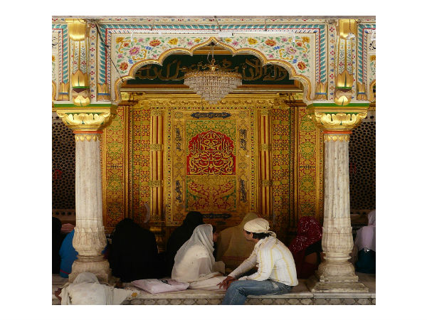 Listen To Qawwalis At Nizamuddin Dargah