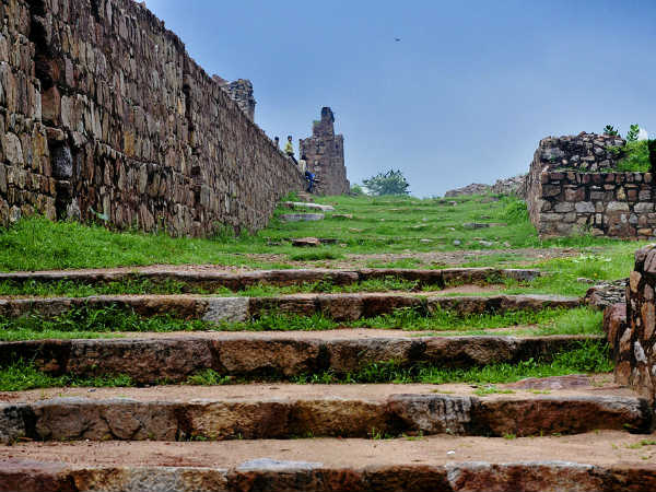 How To Reach Tughlaqabad Fort