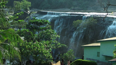 Tirparappu Waterfall In Tamil Nadu – With A Beautiful Swimming Pool
