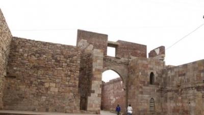 किले की दीवारों के फाटक