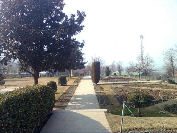 Srinagar photos, Chashm-e-Shahi Gardens - A Path to the Gardens