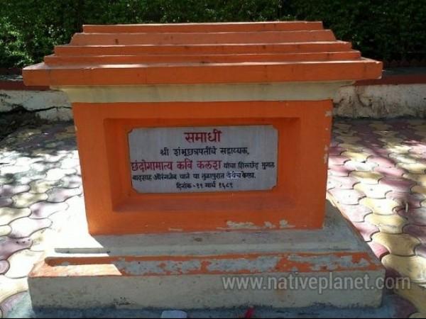 Vadhu Tulapur photos, Sambhaji Maharaj Samadhi - Closer view