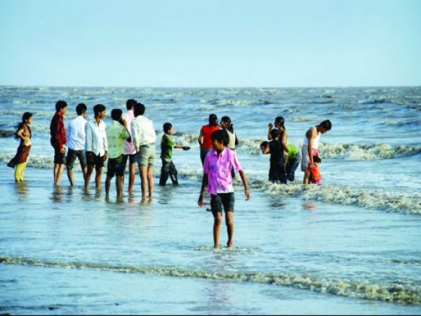 Surat photos, Dumas - Vistors Relax at the Beach