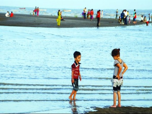 Surat photos, Dumas - Children in Dumas
