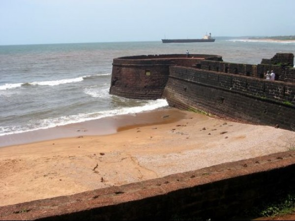 Goa photos, Aguada - Winding Wall