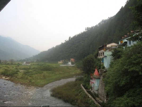 Ranikhet photos, Chaukhutia - Surrounded by tall green hills