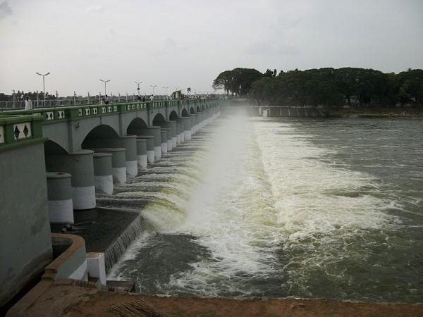Trichy photos, Kallanai Dam - Water splashing