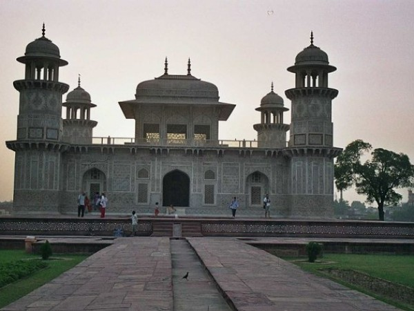 Agra photos, Itmad-ud-Daulah Tomb - A view in the evening.