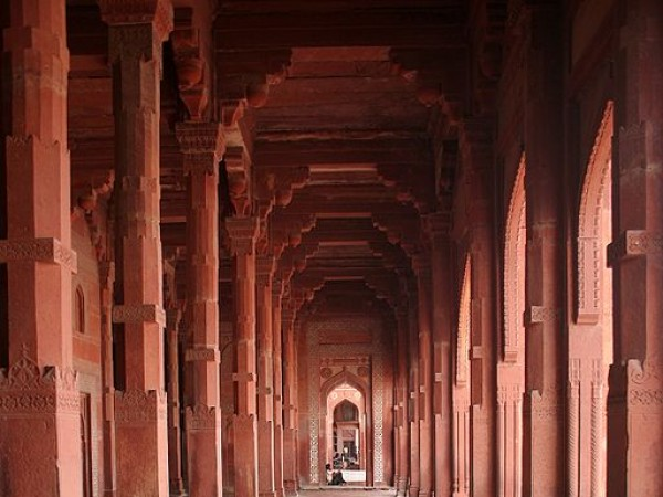 Agra photos, Jama Masjid - The symmetrical pillars of the Masjid.