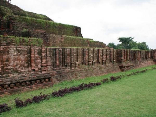 Sarnath photos, Chaukhandi Stupa - A Long wall