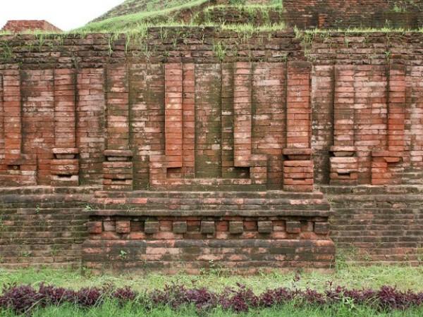 Sarnath photos, Chaukhandi Stupa - A red bricked wall