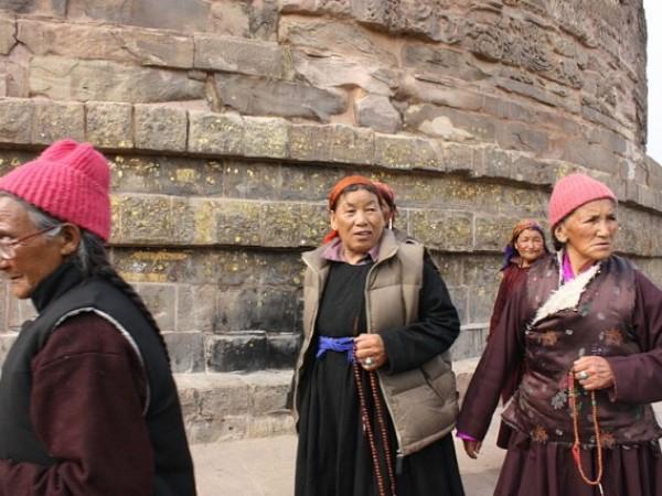 Sarnath photos, Dhamek Stupa - Tibetan women