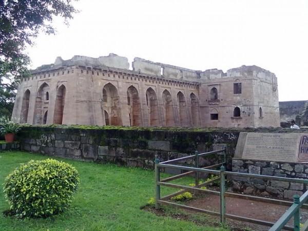 Mandu photos, Hindola Mahal - A side view.