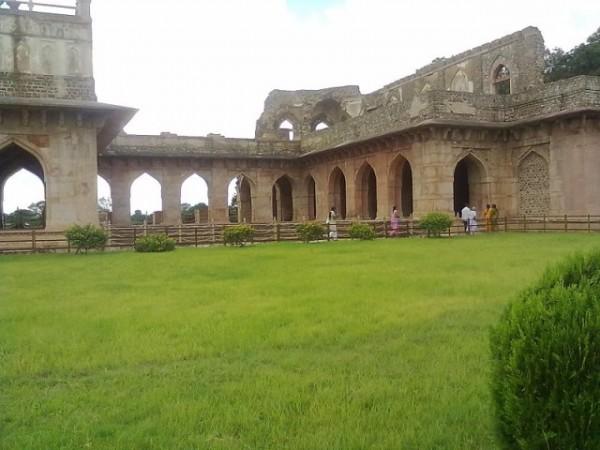 Mandu photos, Jahaz Mahal - Green  Surroundings