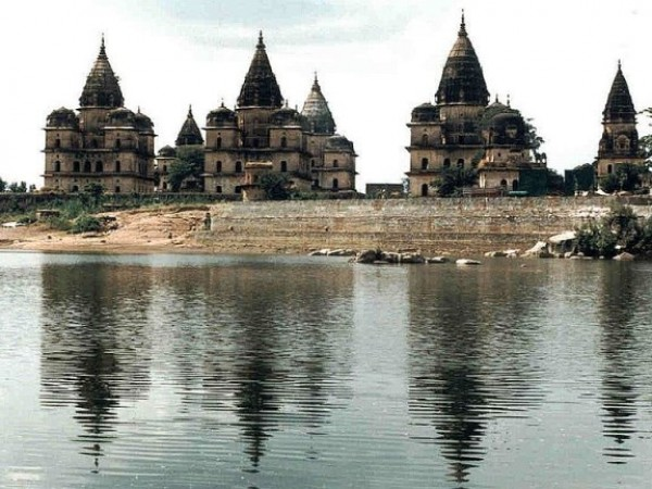 Orchha photos, Chhatris - A view of the cenotaphs
