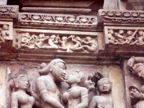 खजुराहो तस्वीरें, कंदारिया महादेव मंदिर - काम दर्शाती मूर्तियां