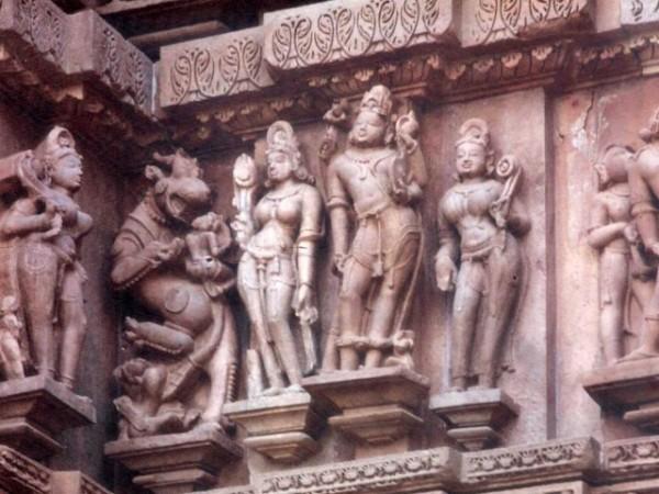 खजुराहो तस्वीरें,  कंदारिया महादेव मंदिर - विभिन्न देवताओं की मूर्तियां