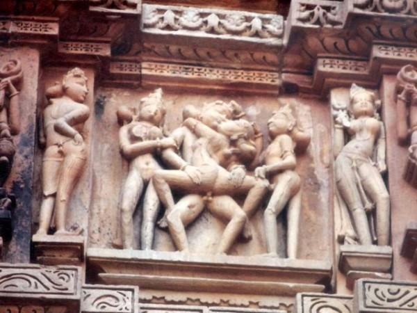 खजुराहो तस्वीरें, कंदारिया महादेव मंदिर - काम की मुद्रा में मूर्तियां