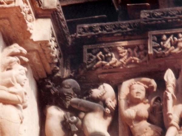 खजुराहो तस्वीरें, कंदारिया महादेव मंदिर - अलग अलग मुद्रा में महिलाऐं