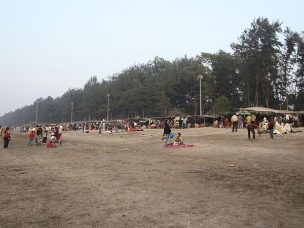 Daman photos, Jampore Beach - People by the Beach