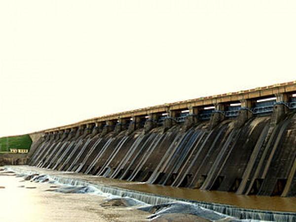 Sambalpur photos, Hirakud Dam - The left dykes at the Hirakud Dam