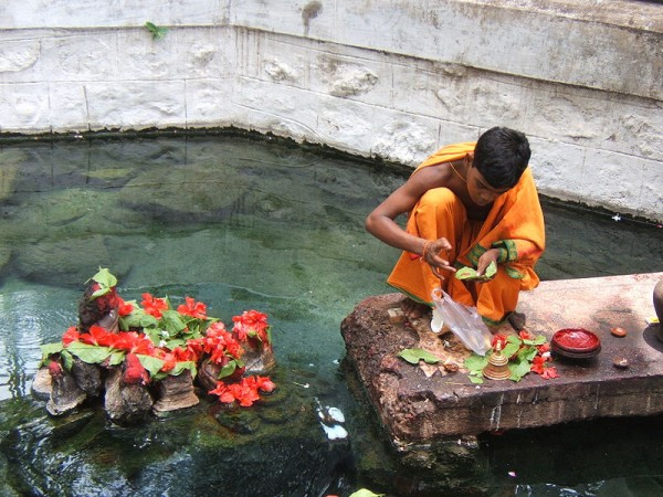 Berhampur photos, Taptapani - Brahmana performing puja