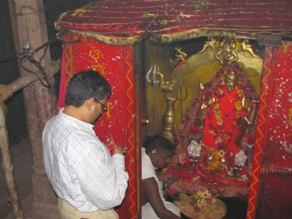 Berhampur photos, Taratarini Temple - Devotees offering prayer at Taratarini Temple