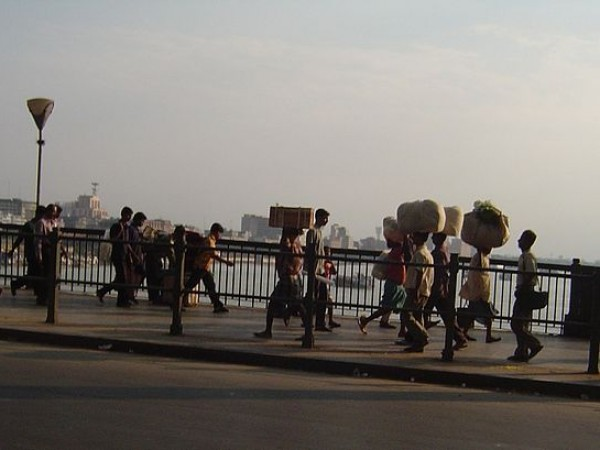 Kolkata photos, Howrah Bridge - People crossing the Bridge