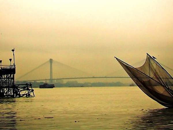 Howrah photos, Vidyasagar Setu - Fishermen at the river