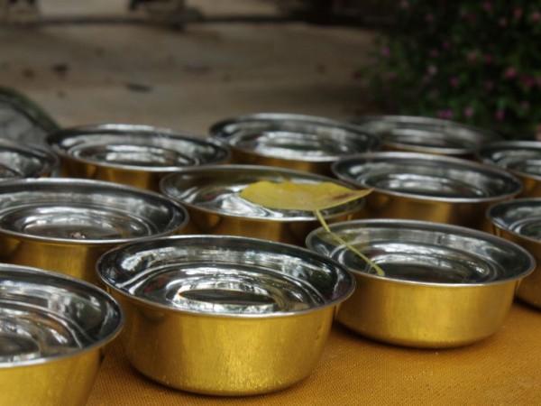 Bodh Gaya photos, Mahabodhi Temple - Water offering