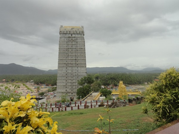 Murudeshwar photos, Murudeshwar Temple & Raja Gopura - Lawn-side View