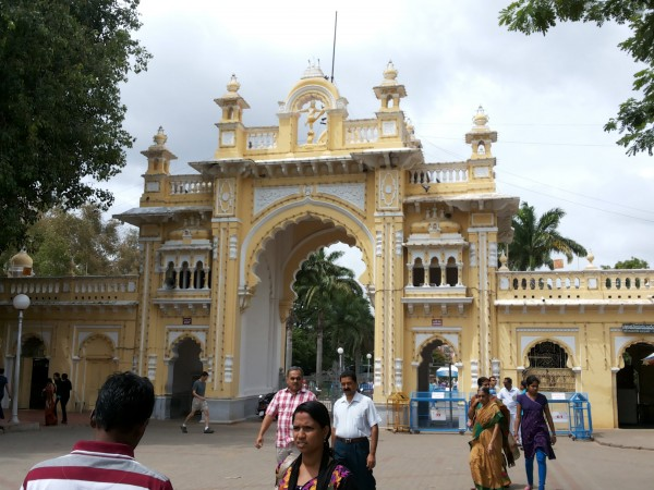 Mysore photos, Mysore Palace - Tourists at the Entrance