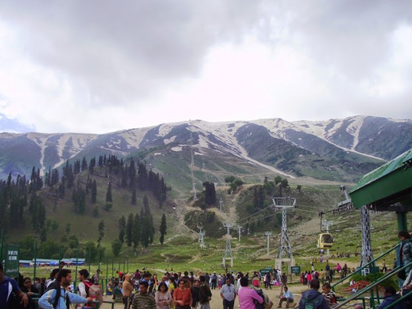 Gulmarg photos, Tourists in snow peaks