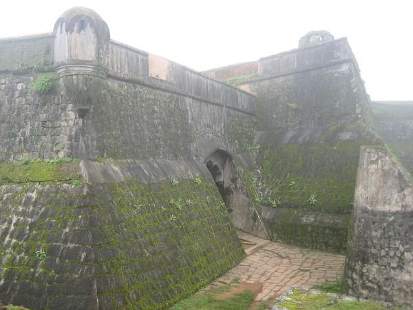 Sakleshpur photos, Manjarabad Fort - 1024px-Manjarabad_Fort_2