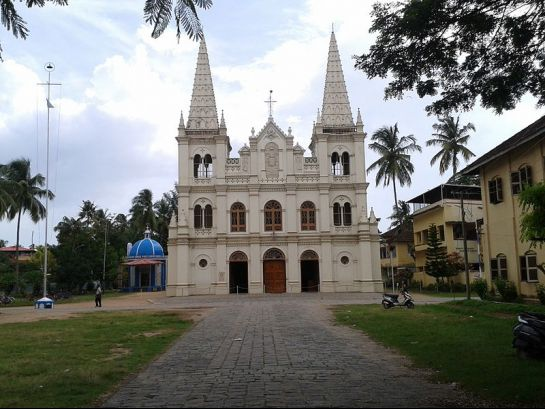 Kochi photos, Santa Cruz Cathedral - Amidst Gardens