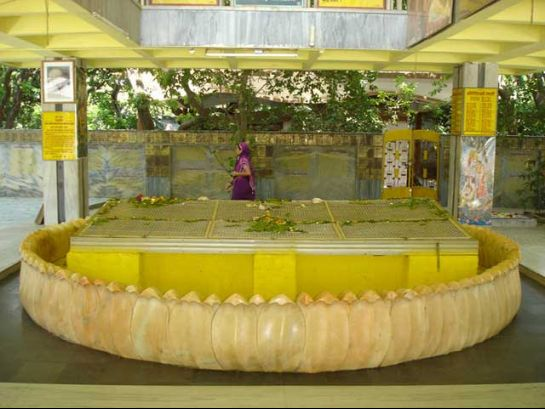 Gorakhpur photos, Geeta Vatika - Bright Yellow temple of Geeta Vatika